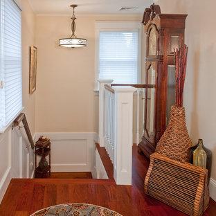 Diseño de escalera en L, tradicional renovada, de tamaño medio, con escalones de madera, contrahuellas de madera y barandilla de madera
