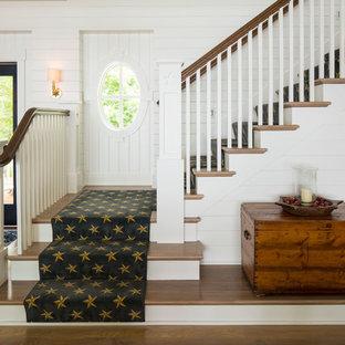 Пример оригинального дизайна интерьера: угловая лестница в морском стиле с ступенями с ковровым покрытием и ковровыми подступенками