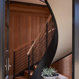 Diseño de escalera curva, marinera, pequeña, con escalones de madera y contrahuellas de madera