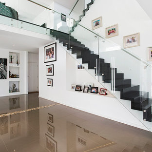 Diseño de escalera recta, contemporánea, con escalones de acrílico