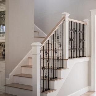 Foto de escalera de estilo americano con escalones de madera y contrahuellas de madera pintada