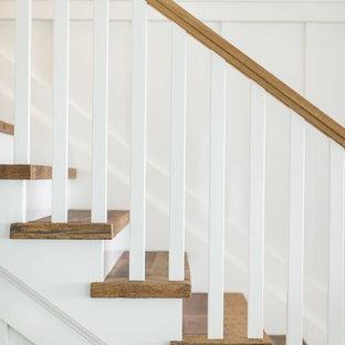 Foto di una scala a rampa dritta classica di medie dimensioni con pedata in legno, alzata in legno verniciato e parapetto in legno