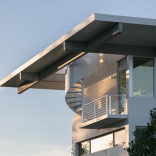 Idee per una scala a chiocciola stile marino di medie dimensioni con pedata in metallo, nessuna alzata e parapetto in metallo