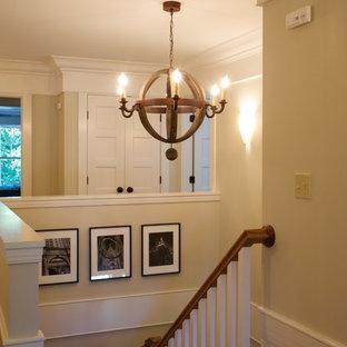 Imagen de escalera en U, de estilo americano, de tamaño medio, con escalones de madera y contrahuellas de madera