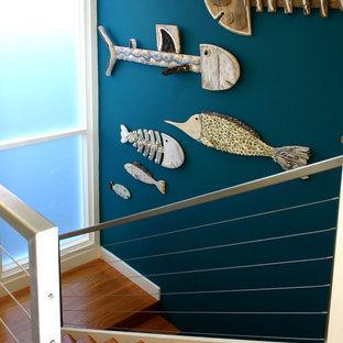 Imagen de escalera en U, marinera, pequeña, con escalones de madera y contrahuellas de madera