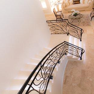 Imagen de escalera curva, moderna, de tamaño medio, con escalones con baldosas y contrahuellas con baldosas y/o azulejos