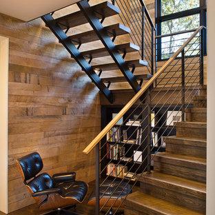 Idéer för mellanstora lantliga l-trappor i trä, med sättsteg i trä