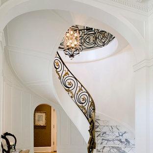 Ejemplo de escalera suspendida, clásica, grande, con escalones de mármol y contrahuellas de mármol