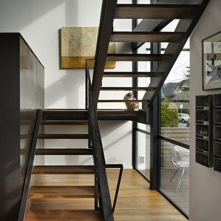 Imagen de escalera en U, minimalista, pequeña, sin contrahuella, con escalones de madera