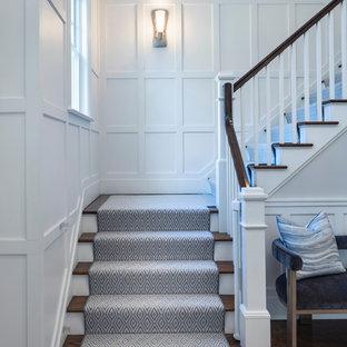 Idéer för att renovera en stor vintage l-trappa, med heltäckningsmatta, sättsteg i trä och räcke i trä