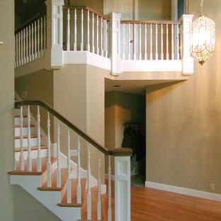 Imagen de escalera recta, clásica, grande, con escalones de madera y contrahuellas de madera pintada