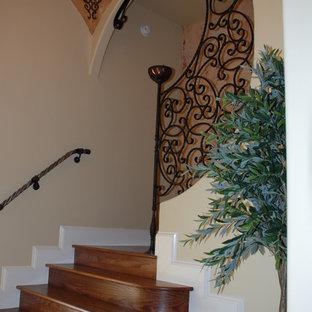 Modelo de escalera curva, mediterránea, de tamaño medio, con escalones de madera y contrahuellas de madera