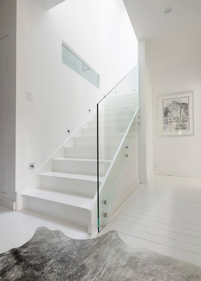 Contemporary Staircase by Henarise Pty Ltd