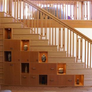Ejemplo de escalera recta, de estilo zen, de tamaño medio, con escalones de madera y contrahuellas de madera