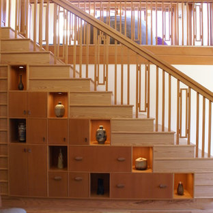 Immagine di una scala a rampa dritta etnica di medie dimensioni con pedata in legno e alzata in legno