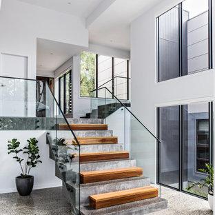 ウーロンゴンの小さいコンクリートのコンテンポラリースタイルのおしゃれなかね折れ階段 (コンクリートの蹴込み板、ガラスの手すり) の写真