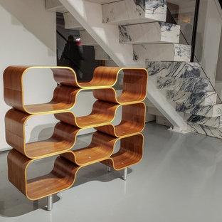 Exempel på en mycket stor modern flytande trappa i marmor, med sättsteg i marmor