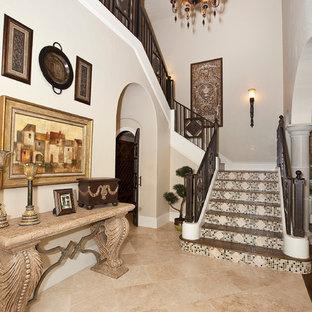 Imagen de escalera clásica con contrahuellas con baldosas y/o azulejos