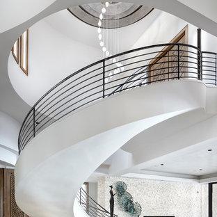Неиссякаемый источник вдохновения для домашнего уюта: огромная лестница на больцах в современном стиле