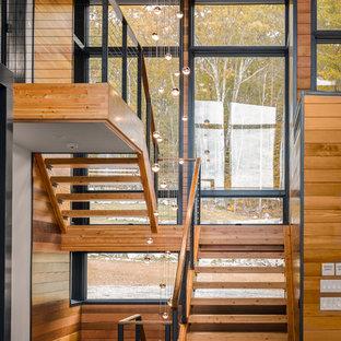 Идея дизайна: большая п-образная лестница в стиле рустика с деревянными ступенями и перилами из тросов без подступенок
