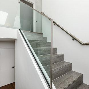 サンフランシスコの中サイズのタイルのコンテンポラリースタイルのおしゃれな折り返し階段 (タイルの蹴込み板) の写真