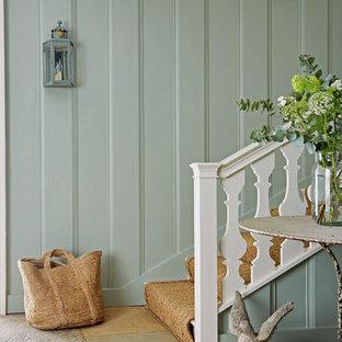 Ispirazione per una scala a rampa dritta country di medie dimensioni con alzata in legno verniciato, parapetto in legno e pedata in legno verniciato