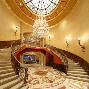 Diseño de escalera curva, clásica, extra grande, con escalones con baldosas y contrahuellas con baldosas y/o azulejos