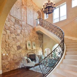 Diseño de escalera curva, mediterránea, con escalones enmoquetados y contrahuellas enmoquetadas