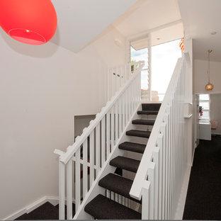 Inspiration för en mellanstor funkis u-trappa, med heltäckningsmatta och öppna sättsteg
