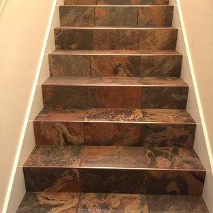 Foto de escalera en L con escalones con baldosas y contrahuellas con baldosas y/o azulejos