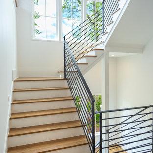 Idéer för en mellanstor lantlig u-trappa i trä, med sättsteg i målat trä och räcke i metall