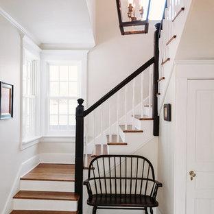 Diseño de escalera campestre con escalones de madera y contrahuellas de madera pintada