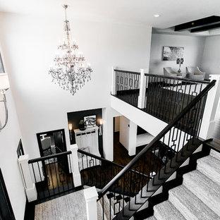 Idéer för en mellanstor klassisk u-trappa, med heltäckningsmatta, sättsteg med heltäckningsmatta och räcke i metall