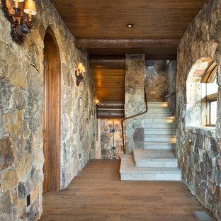 Foto de escalera en U, rural, de tamaño medio, con escalones de madera y contrahuellas de madera