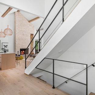 Idéer för en modern rak trappa, med räcke i metall
