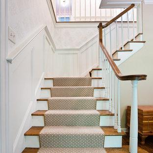 Inspiration för mellanstora klassiska l-trappor i trä, med sättsteg i trä och räcke i trä