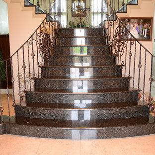 Modelo de escalera curva, clásica renovada, con contrahuellas de metal