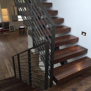 Diseño de escalera suspendida, actual, de tamaño medio, con escalones de madera y contrahuellas de madera