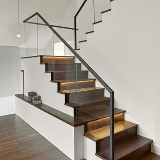 Imagen de escalera en U, actual, con escalones de madera y contrahuellas de madera