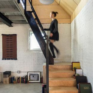 Diseño de escalera en L, industrial, con escalones de madera y contrahuellas de madera