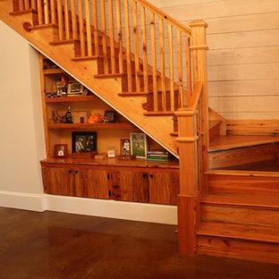 アトランタの中くらいの木のトラディショナルスタイルのおしゃれなかね折れ階段 (木の蹴込み板、木材の手すり) の写真