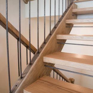 Idéer för en mellanstor rustik u-trappa i trä, med öppna sättsteg och räcke i flera material