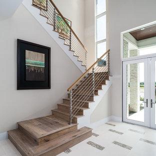 Modelo de escalera en U, clásica renovada, grande, con escalones de madera, contrahuellas de madera y barandilla de cable