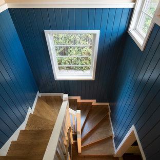 サンフランシスコの大きい木のトラディショナルスタイルのおしゃれな階段 (木の蹴込み板、木材の手すり) の写真