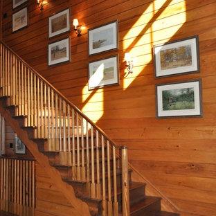 Diseño de escalera clásica con escalones de madera, contrahuellas de madera y barandilla de madera