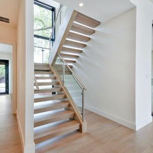 "Idee per una scala a ""U"" design di medie dimensioni con pedata in legno e nessuna alzata"