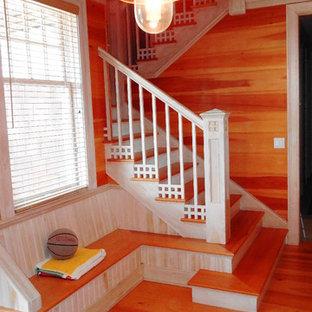 Diseño de escalera en U, marinera, grande, con escalones de madera y contrahuellas de madera pintada