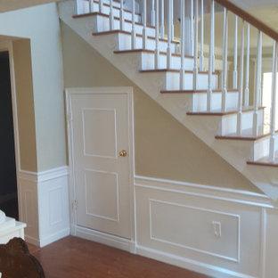 タンパの広い木のコンテンポラリースタイルのおしゃれな直階段 (木の蹴込み板、木材の手すり、板張り壁) の写真