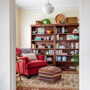 """Esempio di una scala a """"L"""" bohémian di medie dimensioni con pedata in legno, alzata in legno e parapetto in legno"""