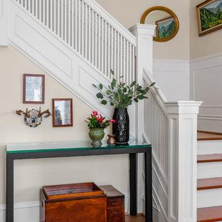 Modelo de escalera en L, bohemia, de tamaño medio, con escalones de madera, barandilla de madera y contrahuellas de madera pintada